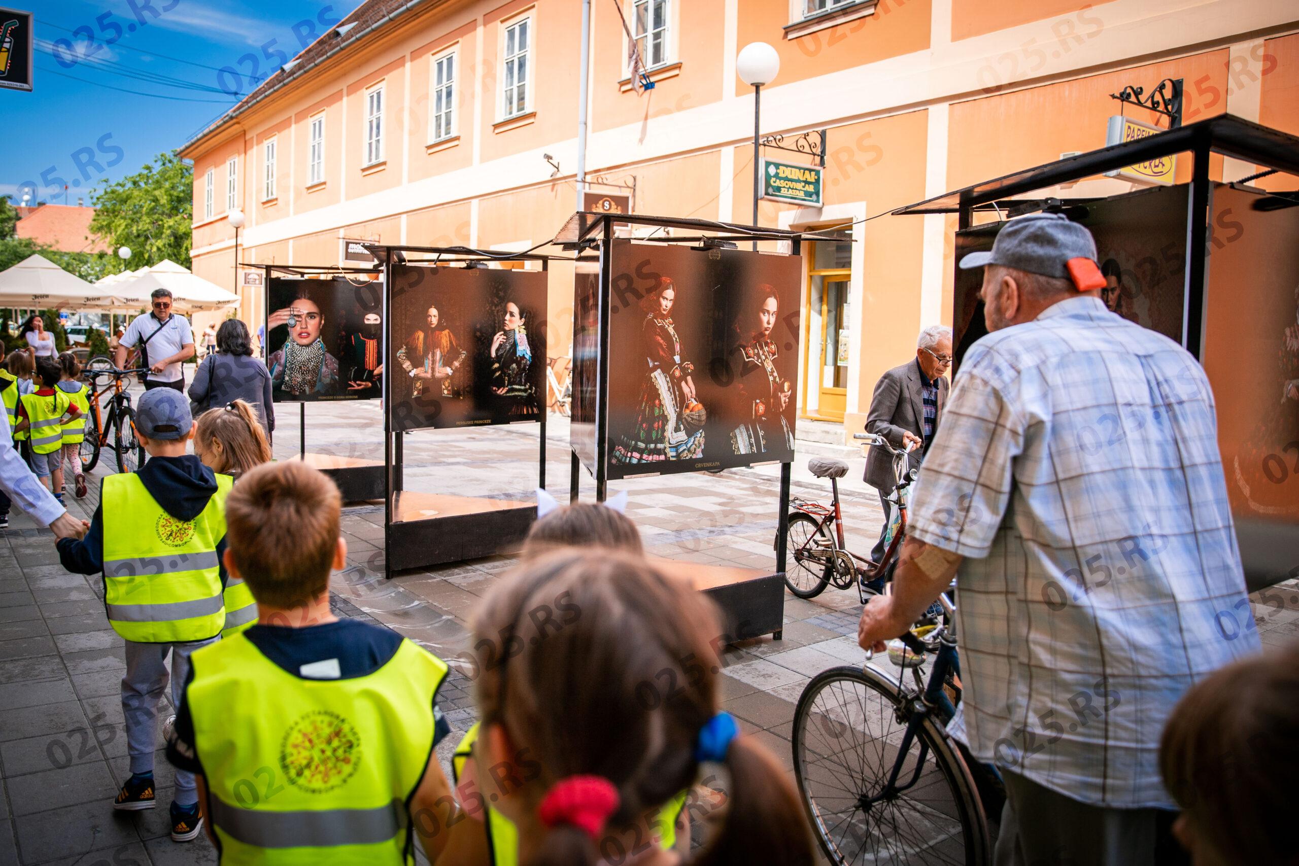 posetioci izložbe